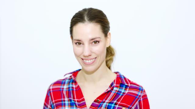 vídeos de stock e filmes b-roll de attractive woman looking at camera and smiling - retrato formal