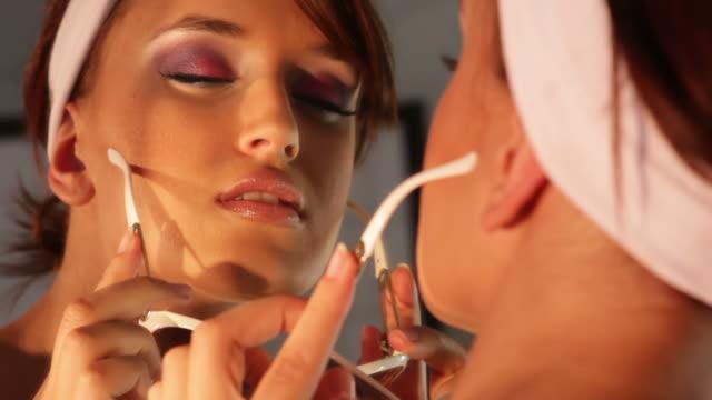 Attraente donna guarda allo specchio