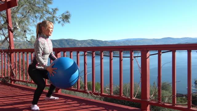 vídeos de stock, filmes e b-roll de mulher atraente exercício ao ar livre - exercício cardiovascular
