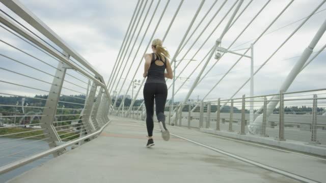 Aantrekkelijke vrouw uitgevoerd in de stad een brug