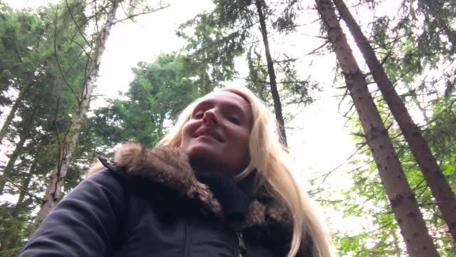Jolie femme de filature dans une forêt