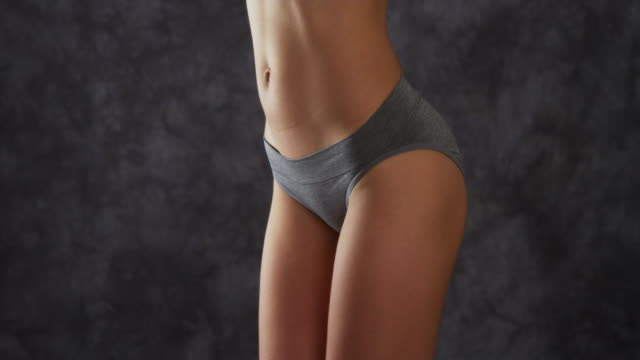 vídeos de stock e filmes b-roll de attractive woman standing in gray underwear - umbigo