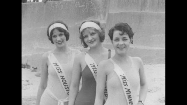 vidéos et rushes de attractive women from different countries states municipalities pose in sashes and onepiece bathing suits / three women misses houston new orleans... - concurrent
