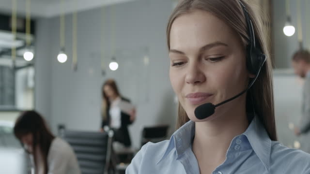 vídeos de stock e filmes b-roll de attractive young call center agent - call center