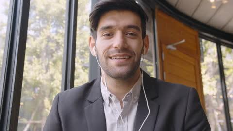 attraente giovane uomo d'affari caucasico che ha una videochiamata e parla con il cliente - webcam video stock e b–roll