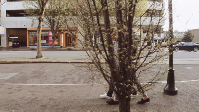 Attraktive junge männliche paar auf Straße