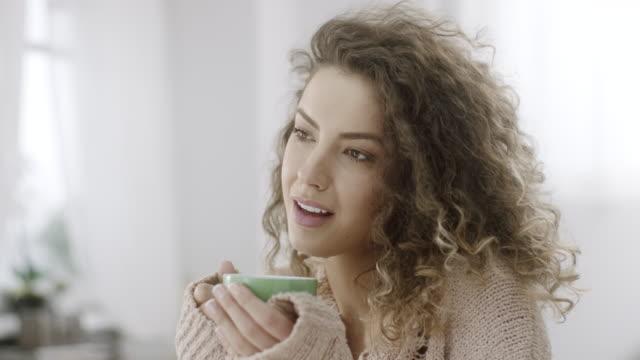 attraktive junge mit einer heißen tasse kaffee - kaffeetasse stock-videos und b-roll-filmmaterial