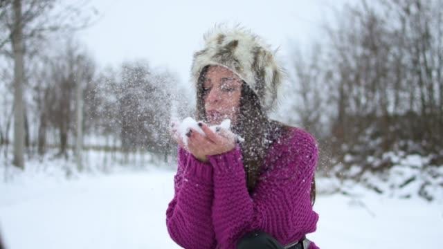vídeos de stock, filmes e b-roll de mulher jovem e atraente no inverno ao ar livre - prendendo a respiração