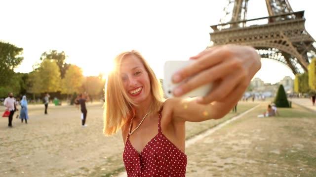 vídeos y material grabado en eventos de stock de jovencita atractiva toma selfie en parís - pintalabios
