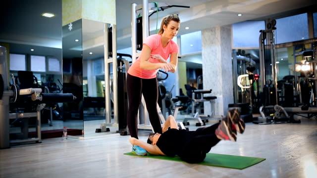 vídeos de stock, filmes e b-roll de mulheres jovens atraentes exercício de pilates na academia - boa postura