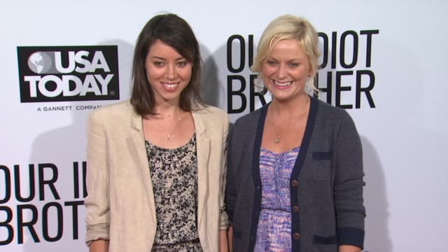 aubrey plaza and amy poehler at the 'our idiot brother' los angeles premiere at hollywood ca. - エイミー・ポーラー点の映像素材/bロール