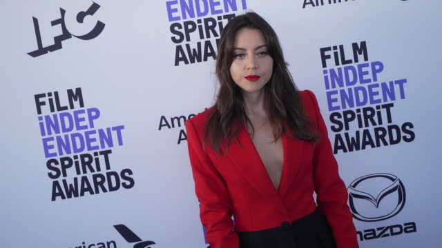 slomo aubrey plaza at the 2020 film independent spirit awards on february 08 2020 in santa monica california - film independent spirit awards stock videos & royalty-free footage