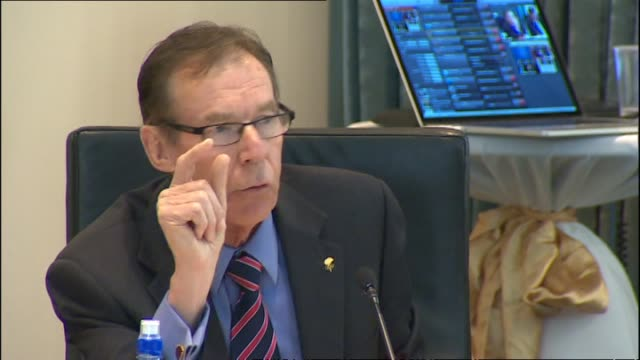 vidéos et rushes de auckland councillor and olympic medallist dick quax speaking at auckland council meeting - biographie