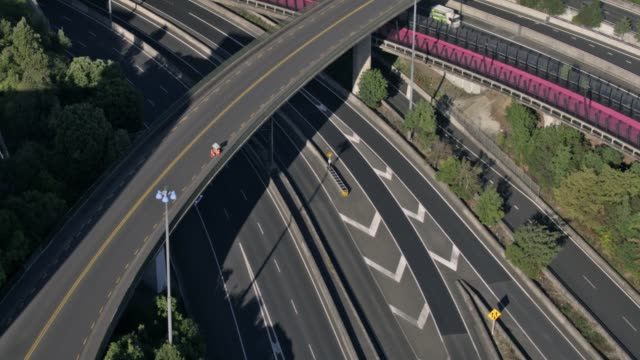 auckland's motorways are noticeably empty on the last day of level 4 lockdown on april 27th, 2020 in auckland, new zealand. new zealand has been in... - new zealand stock videos & royalty-free footage