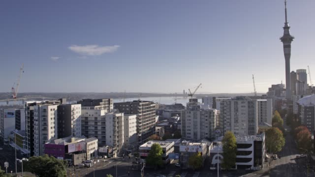 vidéos et rushes de auckland's motorways are noticeably empty on the last day of level 4 lockdown on april 27th, 2020 in auckland, new zealand. new zealand has been in... - nouvelle zélande