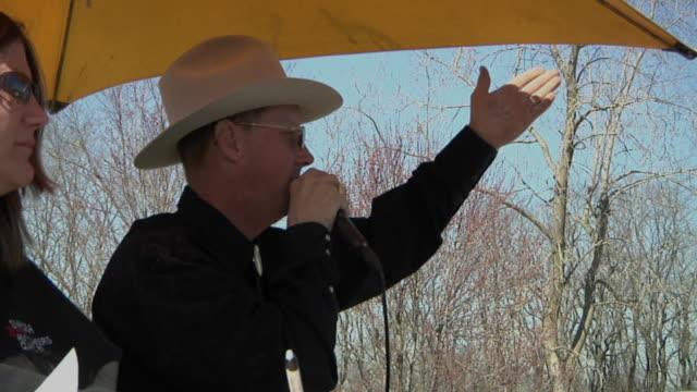 vídeos y material grabado en eventos de stock de ms pan auctioneer selling farm equipment to crowd of buyers, whitmore lake, michigan, usa - subasta