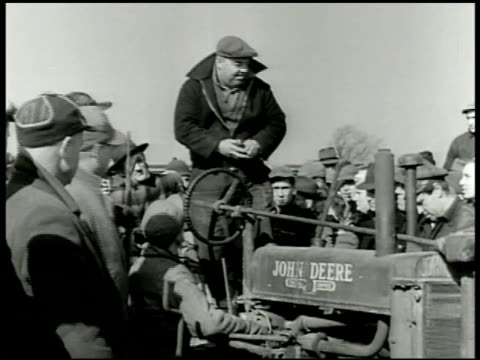 vídeos de stock, filmes e b-roll de auction auctioneer standing on john deere tractor sot calling auction bidding rising to $300 asking for $500 - 1943