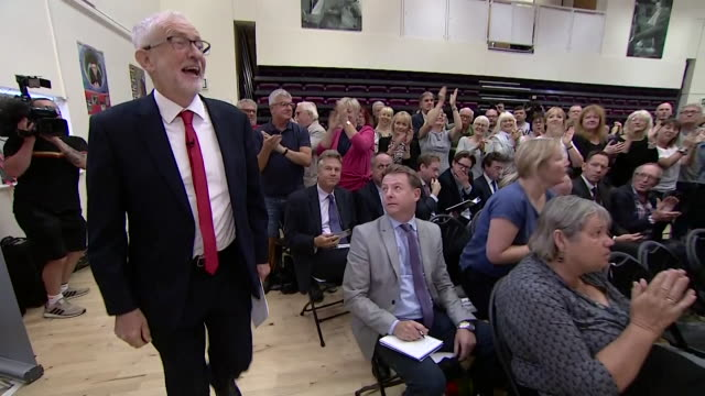 stockvideo's en b-roll-footage met audience applauding labour leader jeremy corbyn at labour rally in corby - britse labor partij