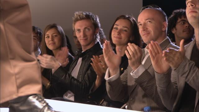 vidéos et rushes de ms audience clapping at fashion show/ london england - podium de défilé
