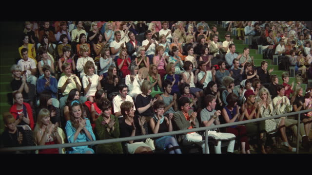vídeos de stock, filmes e b-roll de 1967 ws zo audience clapping at tv show, camera man in foreground - ateliê