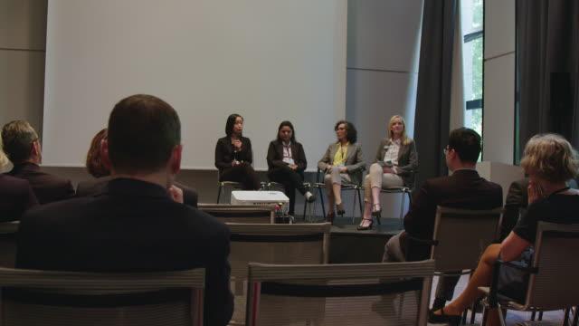 vidéos et rushes de public applaudissant pour la femme d'affaires pendant le séminaire - auditorium