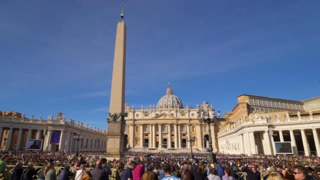 audience in st. peter's square, vatican city. rome, italy - stato del vaticano video stock e b–roll