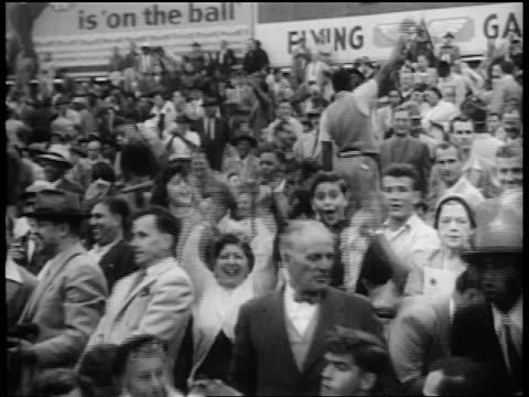 stockvideo's en b-roll-footage met audience in yankee stadium / some clapping / world series / newsreel - gemengde leeftijdscategorie