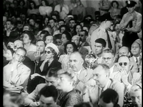 vidéos et rushes de b/w 1949 audience sitting listening at house committee on unamerican activities trials / newsreel - 1949
