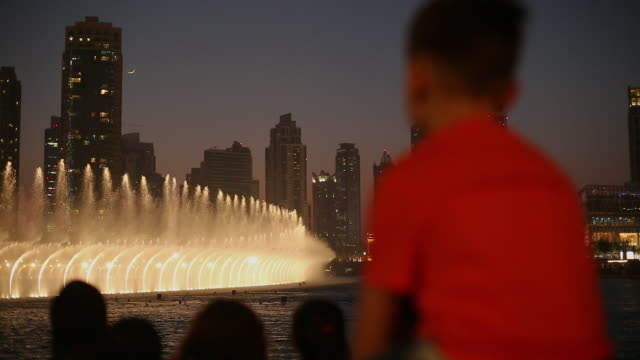 vidéos et rushes de audience watches fountain show at dubai mall - fontaine