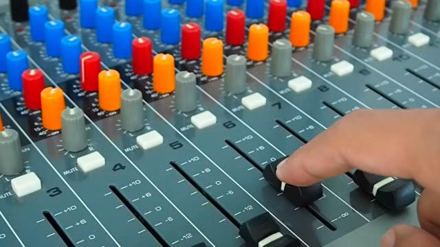 audio engineering anpassen faders auf mischen consul schreibtisch - kiosk stock-videos und b-roll-filmmaterial