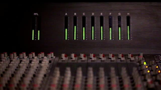 audio-etage auf einer mischen konsole - radiostudio stock-videos und b-roll-filmmaterial