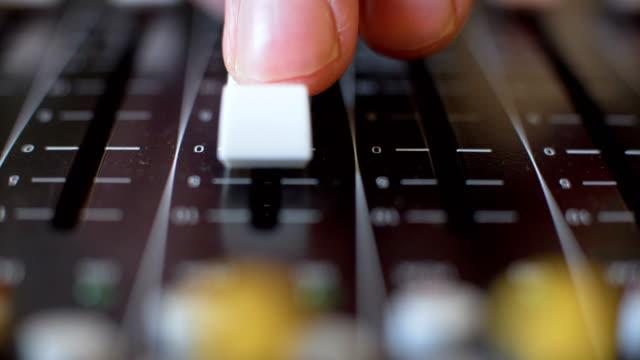 vídeos de stock e filmes b-roll de audio mixer - rádio