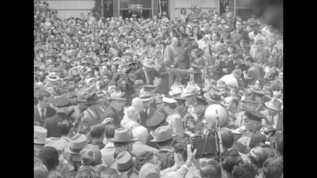 vídeos y material grabado en eventos de stock de [audio not synchronized] general douglas macarthur in san francisco / general gives speech from dais outside san francisco city hall / ws macarthur... - douglas macarthur