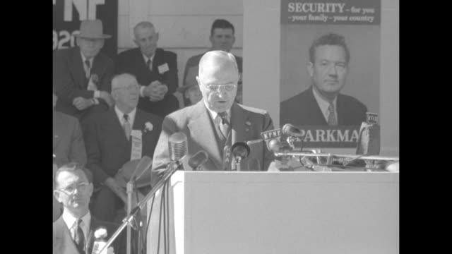 vídeos de stock, filmes e b-roll de [audio not synchronized] ms pres harry truman at podium with banner hanging above welcome president truman people behind him applaud bunting in front... - dwight eisenhower