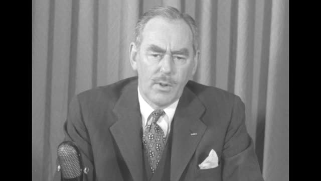 stockvideo's en b-roll-footage met [audio not synchronized] cu us secretary of state dean acheson delivers briefing on united nations' responsibility during korean war in response to... - {{relatedsearchurl(carousel.phrase)}}