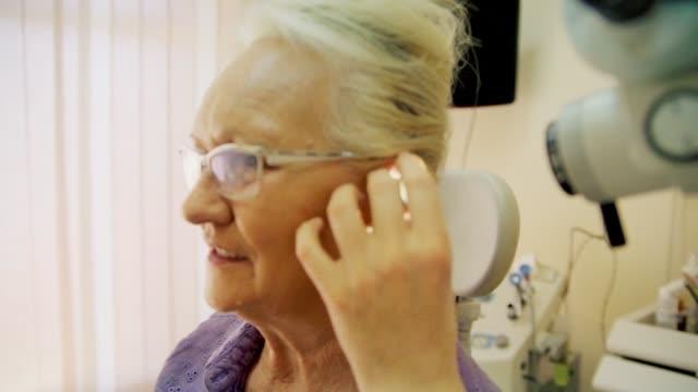 vídeos y material grabado en eventos de stock de examen de audiología - sordera