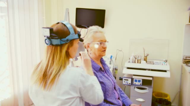 stockvideo's en b-roll-footage met audiologie onderzoek - in ear koptelefoon