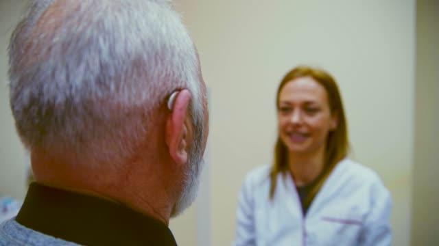 vídeos y material grabado en eventos de stock de examen de audiología - examen médico
