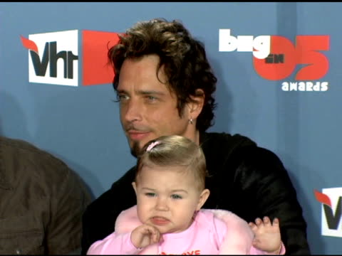 audioslave and chris cornell of audioslave with daughter toni cornell at the vh1 big in '05 at sony studios in los angeles, california on december 3,... - vh1ビッグインアワード点の映像素材/bロール