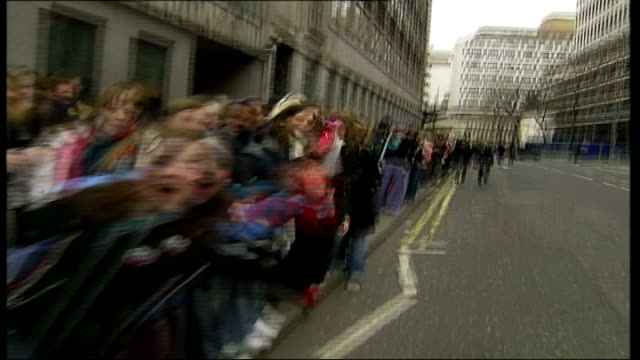 vídeos y material grabado en eventos de stock de auditions for luna lovegood role in next harry potter film; england: london: ext queue of teenage girls waving as lining up to audition for role of... - scream named work