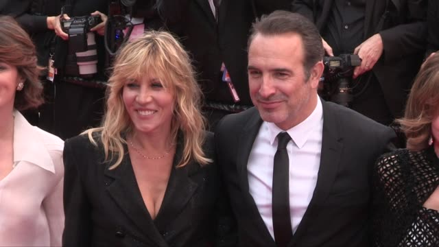 vídeos de stock, filmes e b-roll de audrey dana, gerard darmon, christophe lambert, elsa zilberstein, jean dujardin, mathilde seignier on the red carpet for the premiere of les plus... - jean dujardin