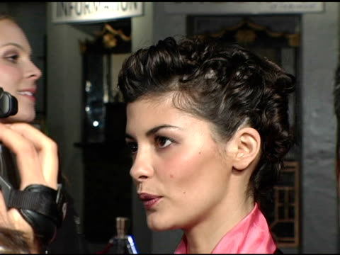 vídeos de stock, filmes e b-roll de audrey tautou at the 2004 afi film festival 'a very long engagement' arrivals at grauman's chinese theatre in hollywood california on november 10 2004 - um longo domingo de noivado