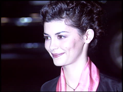 vídeos de stock, filmes e b-roll de audrey tautou at the 'a very long engagement' premiere at grauman's chinese theatre in hollywood california on november 10 2004 - um longo domingo de noivado