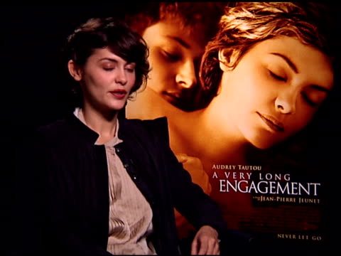 vídeos de stock, filmes e b-roll de audrey tautou on what she learned by making this film at the 'a very long engagement' press day at the four seasons hotel in los angeles california... - um longo domingo de noivado
