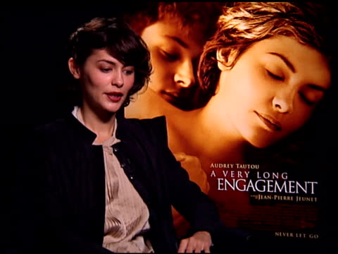 vídeos de stock, filmes e b-roll de audrey tautou on working with the same director and crew as 'amélie' at the 'a very long engagement' press day at the four seasons hotel in los... - um longo domingo de noivado