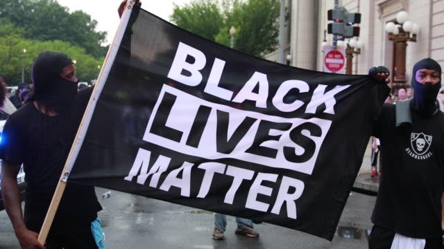 stockvideo's en b-roll-footage met counter protesters hold a black lives matter flag near the white house protesters in opposition to the unite the right 2 rally organized by white... - black lives matter