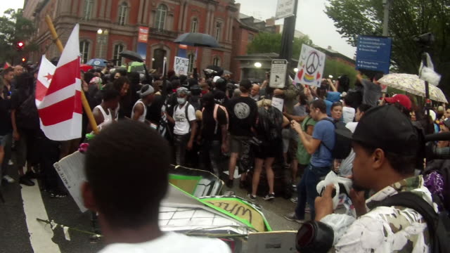 august 12 washington, d.c., usa: protesters block the pennsylvania ave and 17th street nw entrance to the white house after the unite the right 2... - giustizia sociale video stock e b–roll