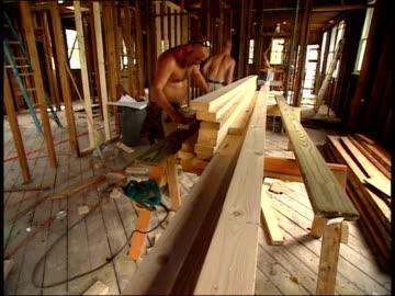 vidéos et rushes de august 16, 2006 montage construction workers rebuilding a house / new orleans, louisiana, united states - reconstruction