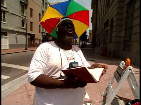 vídeos de stock e filmes b-roll de august 16, 2006 shaky street preacher on the sidewalk with umbrella hat / new orleans, louisiana, united states - só homens maduros