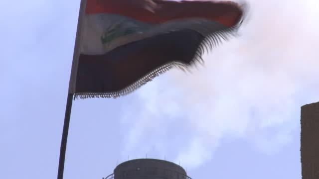 vídeos de stock, filmes e b-roll de august 18 2010 zo iraqi flag flying in the wind / baghdad iraq - política e governo